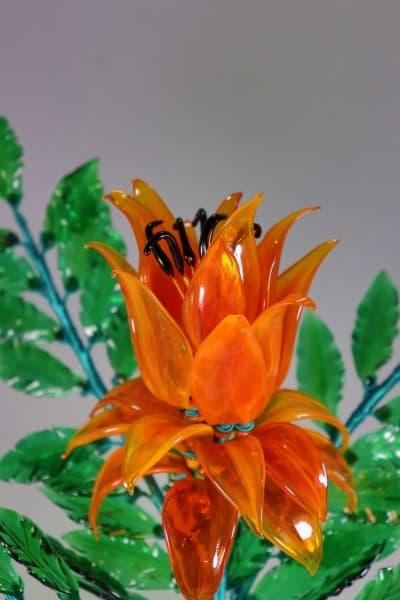 Оранжевый цветок из стекла